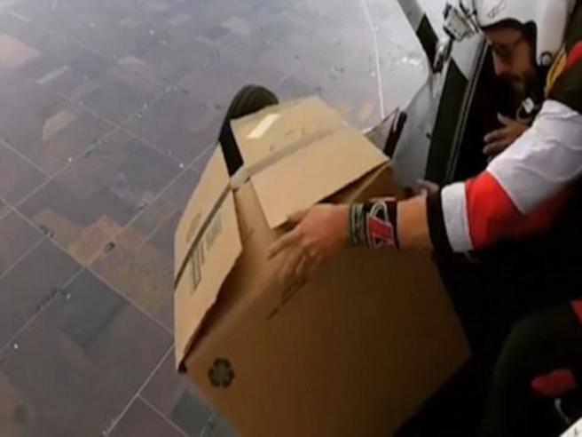 Lancia una grossa scatola di cartone dall'aeroplano. Ma ecco cosa si nasconde all'interno
