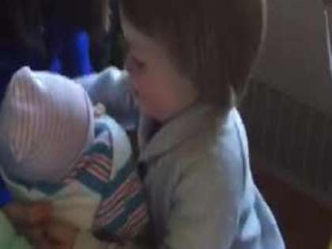 Il bimbo di due anni incontra il fratellino per la prima volta