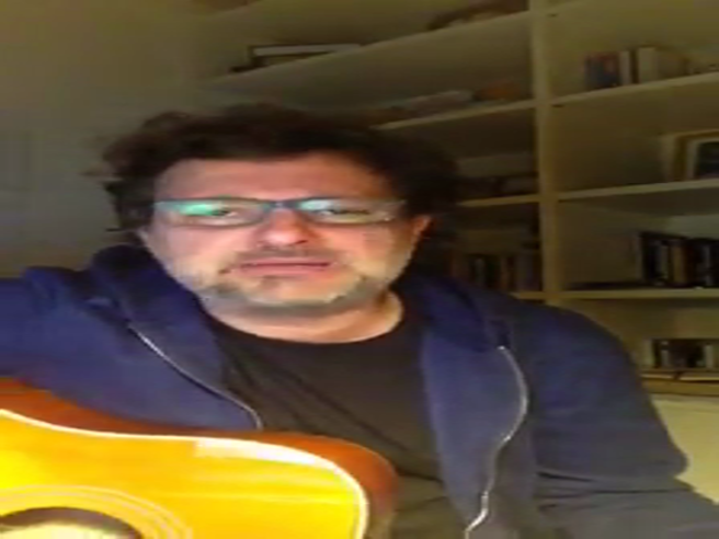 Leonardo Pieraccioni canta: «E se mi voti, ti allungo anche il pi...»