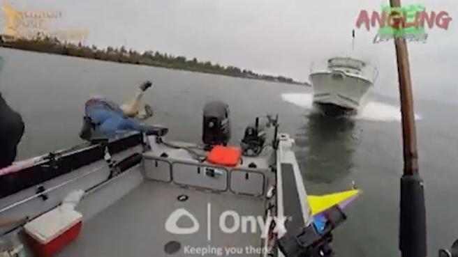 La barca è senza controllo, i pescatori si gettano nel fiume: l'incidente è pauroso