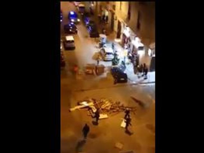 Napoli, guerriglia in strada: sassi e bottiglie lanciati da baby gang contro polizia