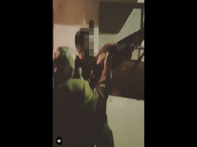 Partinico, il nonno insegna al nipote minorenne come si spara per strada     Il video