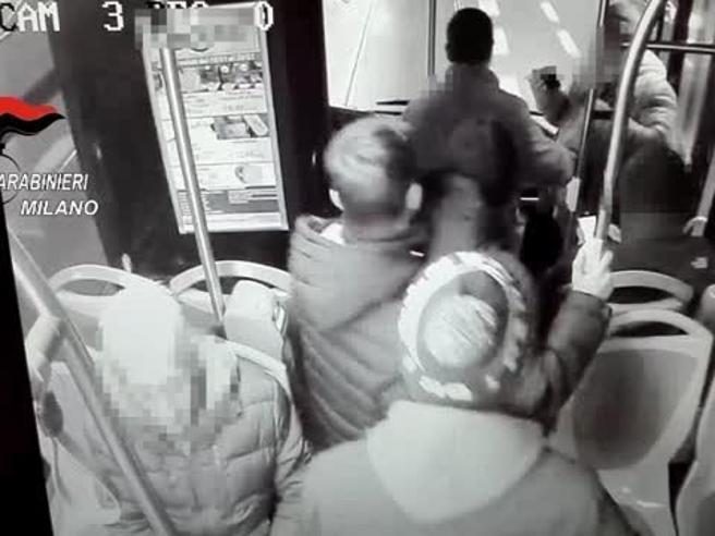 Milano, il video  della lite tra l' uomo  e  i    ragazzi sul bus:   la coltellata e i calci