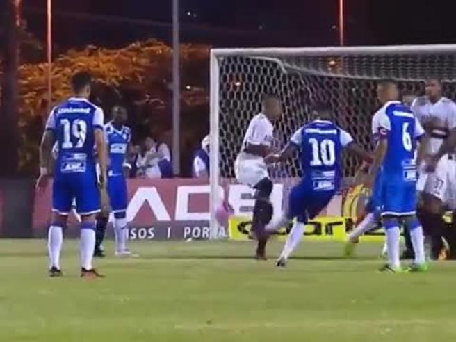 Brasile, il calcio di punizione mai visto: così beffano il portiere