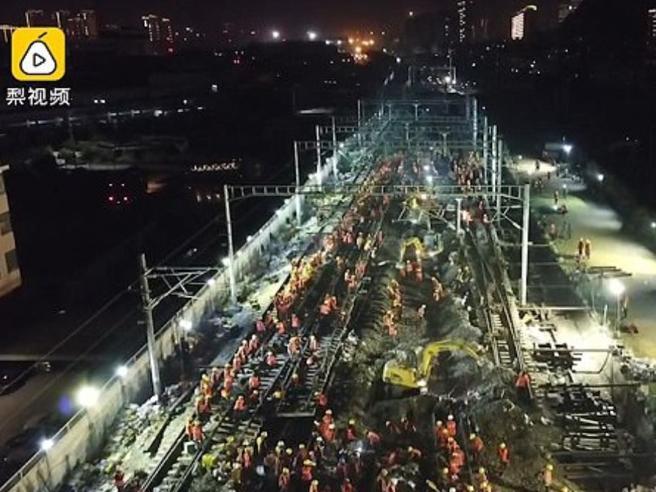 Cina, 1500 operai al lavoro e in 9 ore c'è una linea ferroviaria