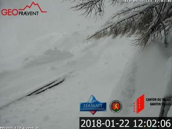 Svizzera, la telecamera mostra cosa succede dentro una valanga