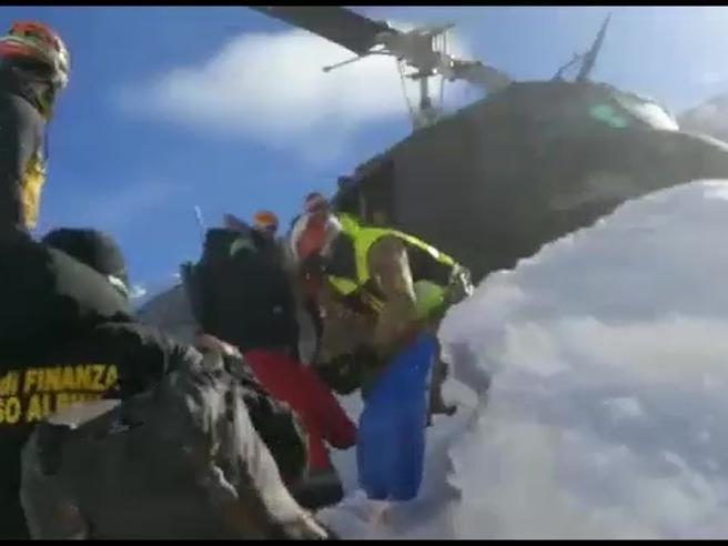Valanghe in Val Venosta, elicotteri evacuano 75 turisti bloccati in un hotel Il video