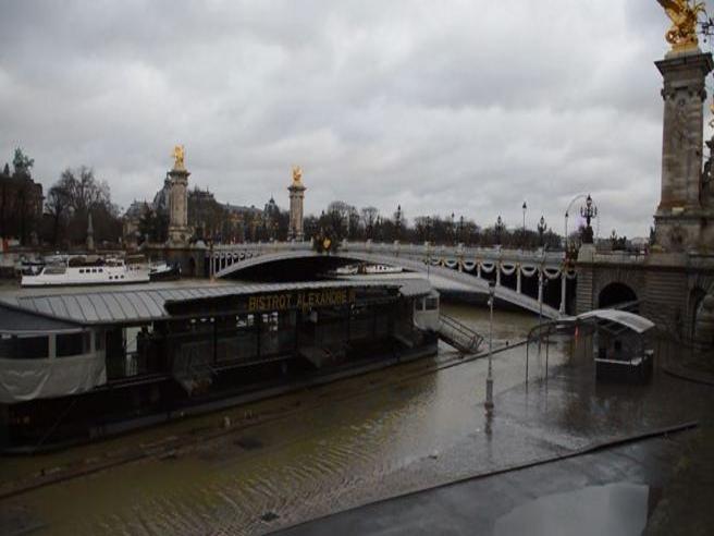 Allerta a Parigi, Senna vicina ai 5 metri: chiuse strade e passeggiate