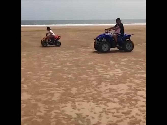 Flavio Briatore, gara di velocità con il figlio su quad senza casco: critiche social
