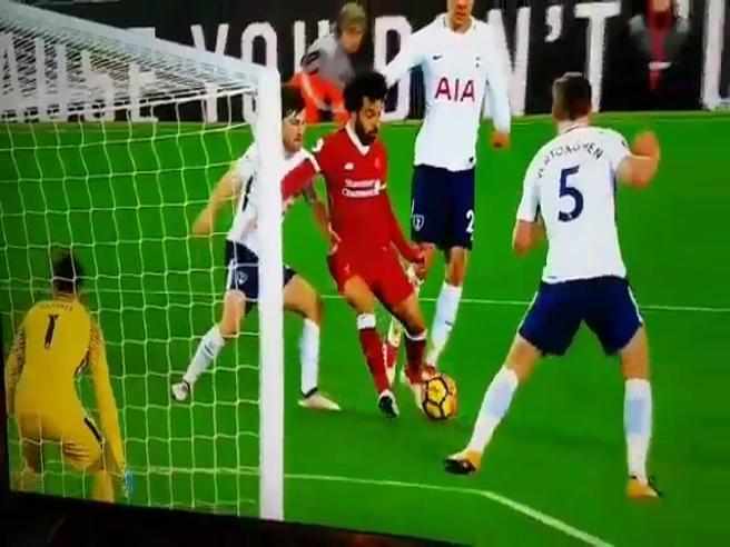 Salah, supergol con lo «scavetto»