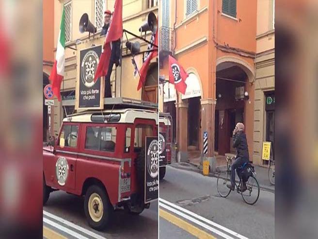 Bologna, il candidato di Casapound tiene un comizio. Lo segue solo un ciclista che lo prende a male parole