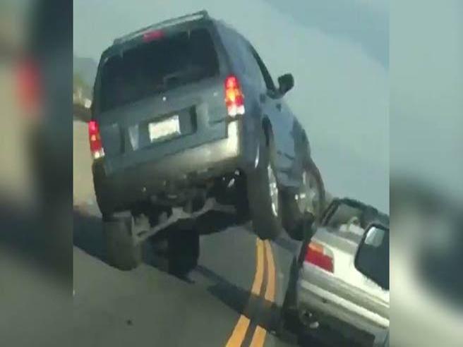 Il suv cerca di speronare un'auto, ma ecco come va a finire