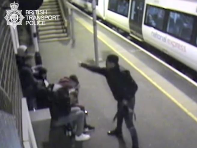 «Ecco perché le gang inglesi usano sempre più l'acido per intimorire i rivali»|Video