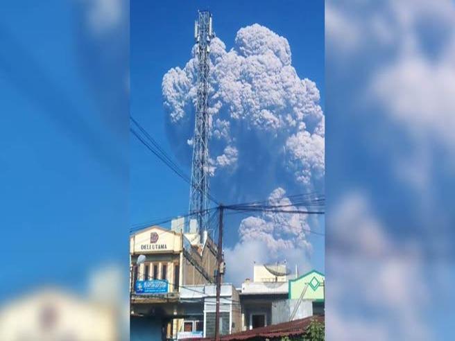La paurosa eruzione del Sinabung Colonna di ceneri alta 5 km Video