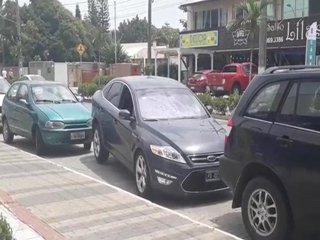 Il parcheggio magico: l'auto sembra sollevata da terra. Ma come avrà fatto?