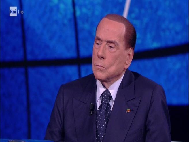 Berlusconi: «Fascismo  morto e sepolto, i centri sociali sono il  pericolo»