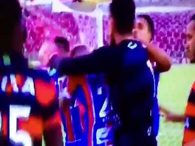 Brasile, rissa e pugni in campo: 9  cartellini rossi e l'arbitro chiude il match