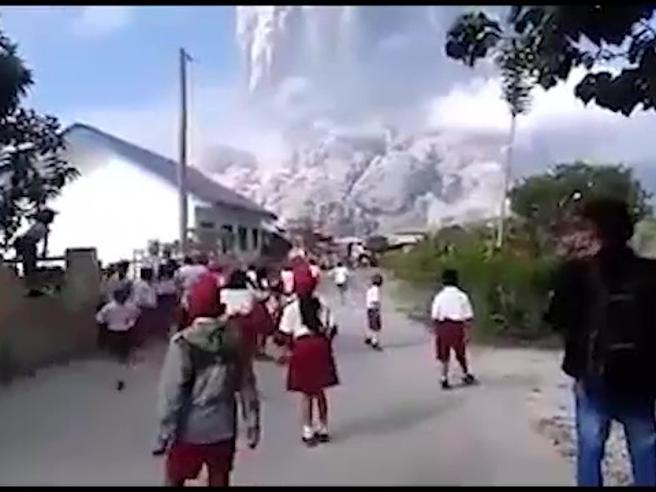Il vulcano Sinabung erutta: i bambini della scuola scappano terrorizzati