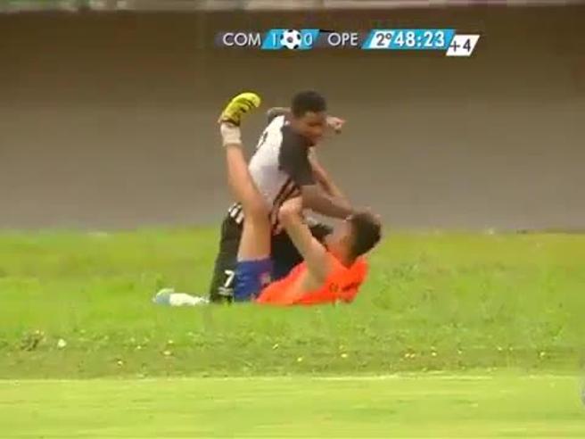 Follia in Brasile, il giocatore se la prende col raccattapal