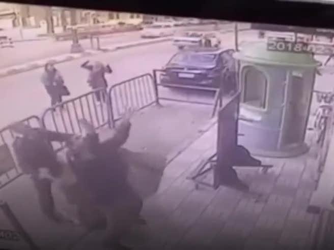 Il bambino cade dalla finestra, ecco cosa fa il poliziotto
