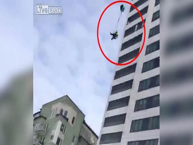 Si lancia da un grattacielo di 75 metri , ma il paracadute non si apre