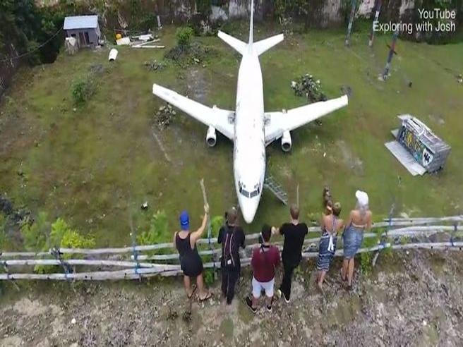 Il mistero del Boeing 737 abbandonato in un campo a Bali