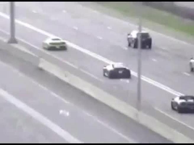La folle corsa in autostrada delle fuoriserie: due Lamborghini, una Ferrari e una Porsche inseguite dalla polizia a 200 kmh
