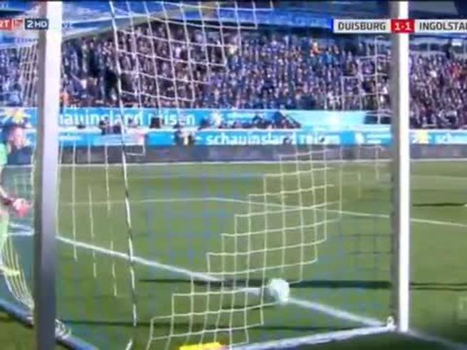 Il portiere si gira per bere e intanto alle sue spalle succede di tutto (compreso il gol)