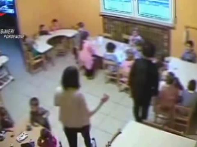 «Cosa ridi? Stai zitto»: urla e botte ai bambini dell'asilo Video