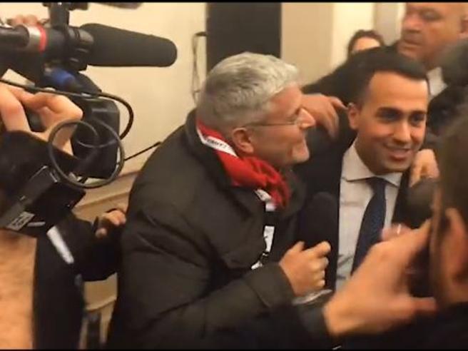 Luigi Di Maio compare in sala stampa e c'è l'assalto delle telecamere, Lucci cerca di baciarlo