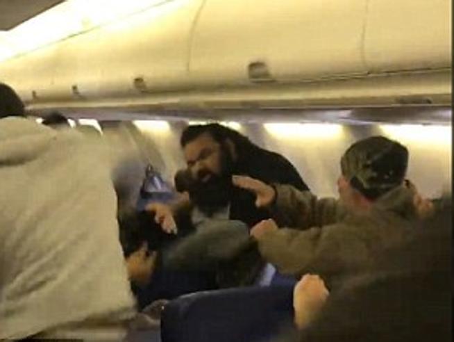 L'aereo è in ritardo e scoppia la rissa tra i passeggeri