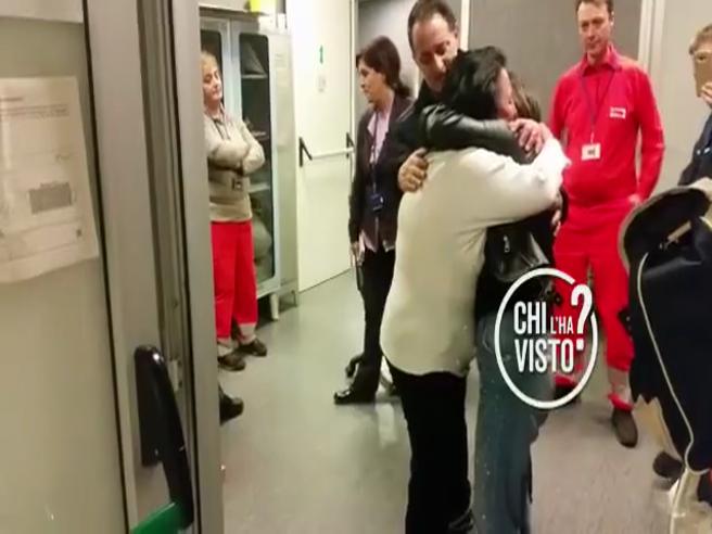 Rosa Di Domenico torna a casa, l'abbraccio commovente con la mamma in aeroporto