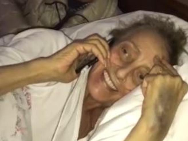 Il Papa telefona a sorpresa a  malata di cancro: «Preghi per me» Il video