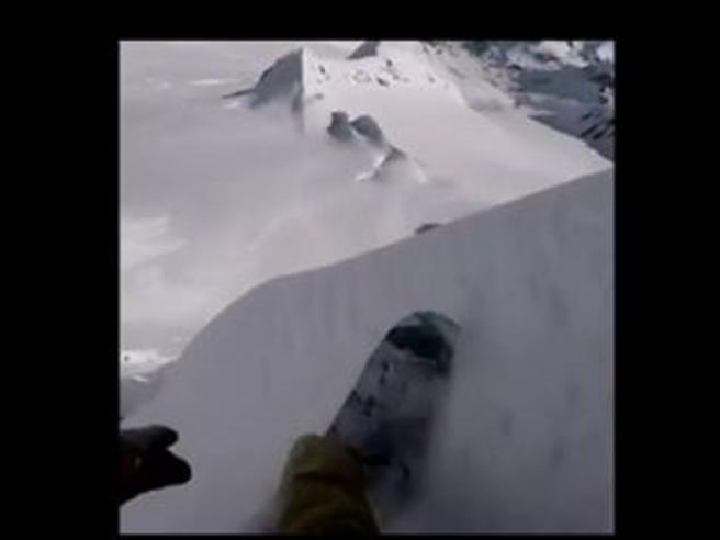 Snowboard estremo, la discesa impossibile dalla parete verticale