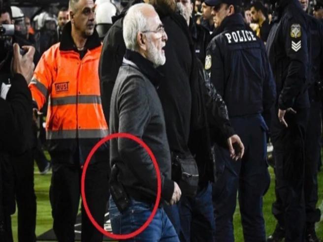Annullano gol alla sua squadra, il patron del Paok in campo a protestare con la pistola