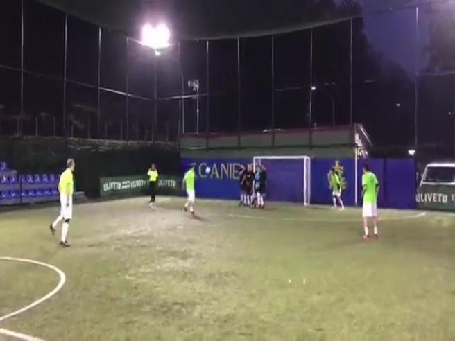 Francesco Totti fa il cucchiaio anche quando gioca a calcetto con gli amici