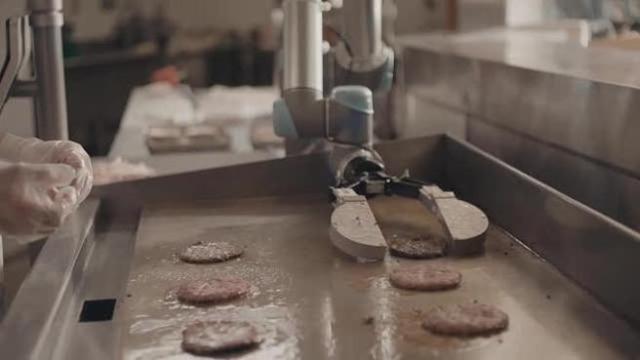 Flippy, il robot che cucina gli hamburger - Corriere TV