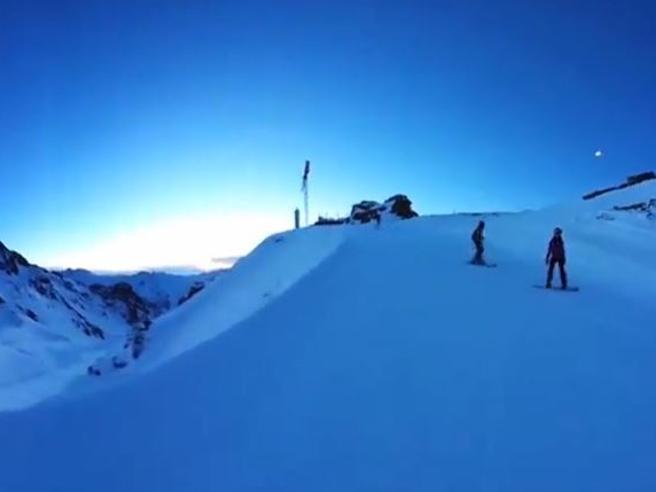 L'alba sugli sci: la discesa sulle piste mentre il sole sorge a 360 gradi