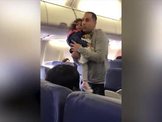 La figlia piange perché ha paura di volare, la famiglia viene cacciata dall'aereo: polemiche