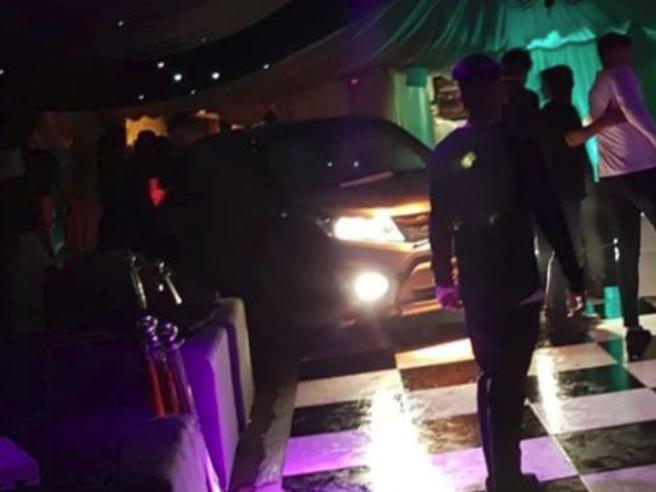 Non lo fanno entrare, lui si lancia con l'auto nel locale affollato: diversi feriti
