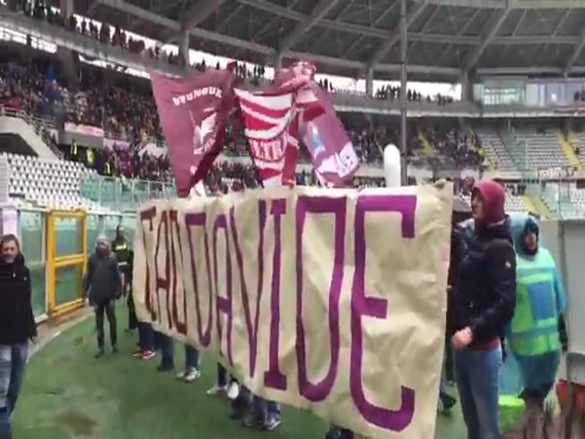 «Ciao Davide», i tifosi del Torino ricordano Astori sotto il settore dei supporter viola
