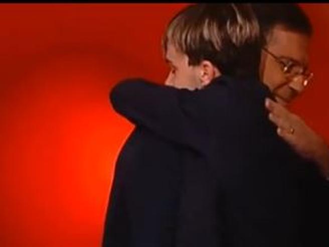 Frizzi si commuove all'Eredità e abbraccia il giovane campione Andrea