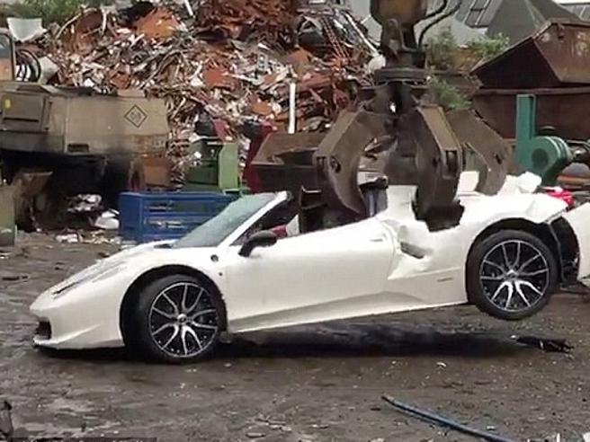 La Ferrari spider viene completamente distrutta: non aveva l'assicurazione