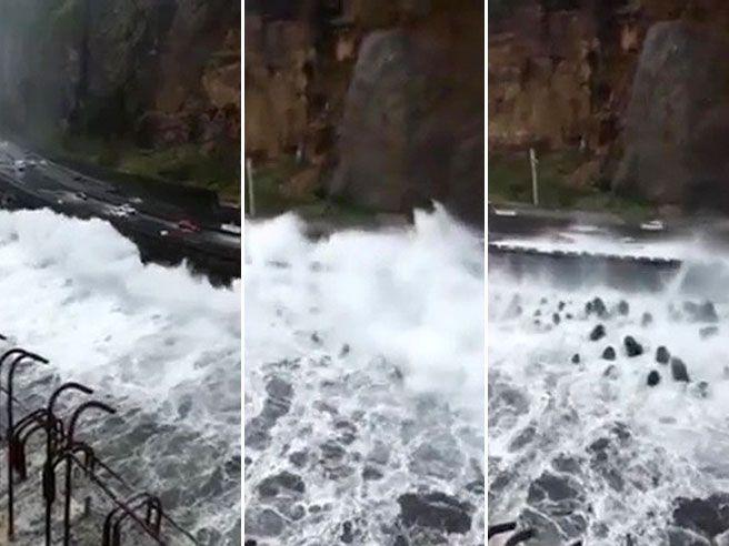 L'onda gigante invade l'autostrada: auto investite dall'acqua