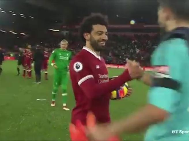 Salah segna 4 gol e a fine partita si scusa con il portiere