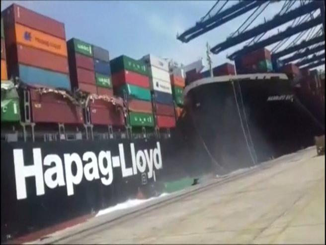 Collisione tra navi portacontainer: il carico finisce in mare