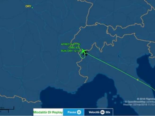 La«strana» manovra del Boeing Air France, i jet militari lo costringono a virata a 360°