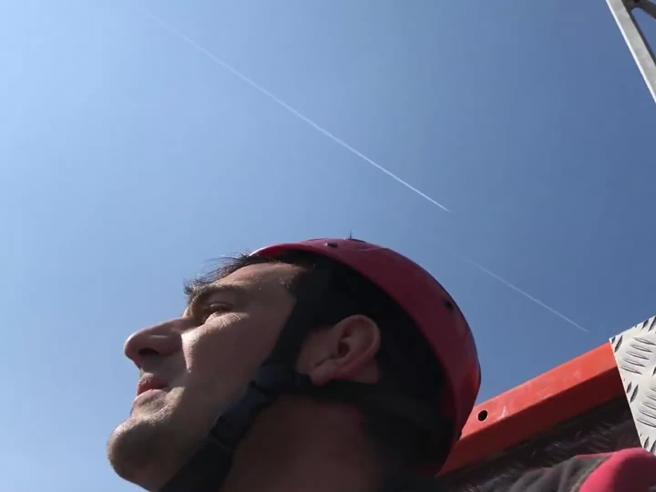 I due boati in Lombardia ripresi in diretta: il video girato dagli operai in cima alla gru