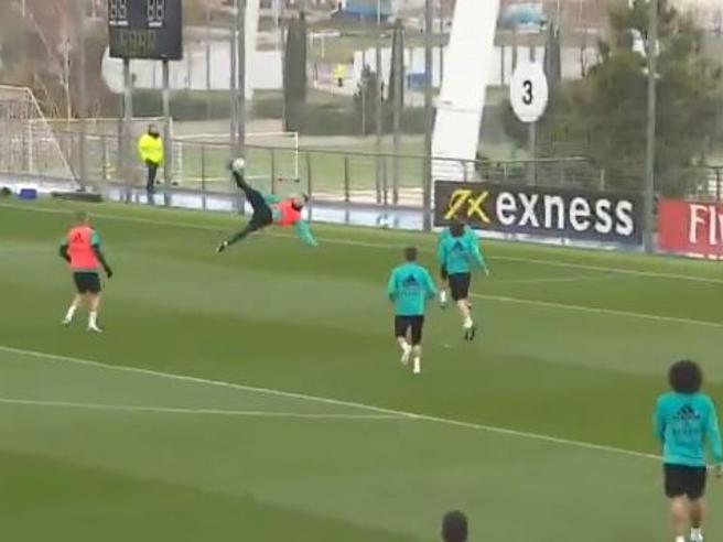 Cristiano Ronaldo lo rifà: la rovesciata in allenamento è uguale a quella contro la Juve