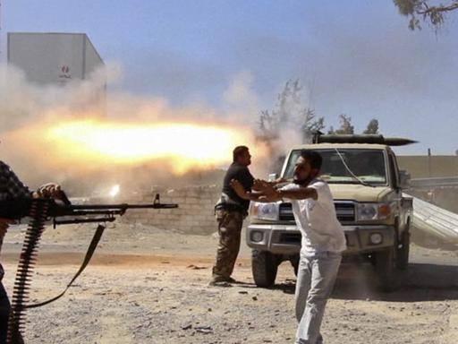 Tripoli, razzo su deposito di carburante: «Rischio catastrofe